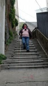Nora bajando la escalera